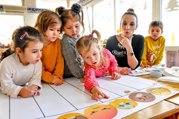 اهمیت آموزش احساسات به کودکان