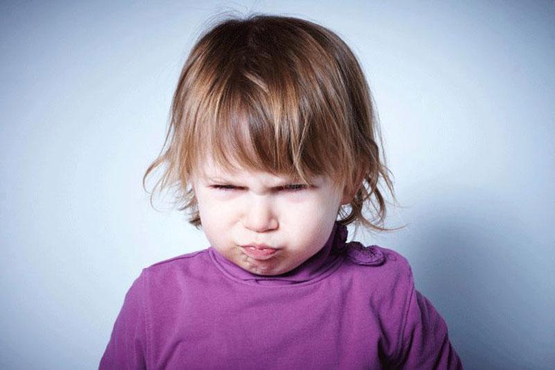 در سنین مختلف کودکان چگونه خشم خود را بروز می دهند؟