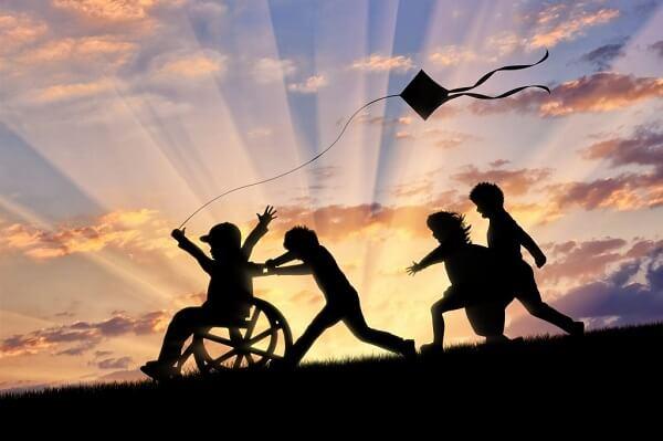 شادی کودک معلول با هم سالانش