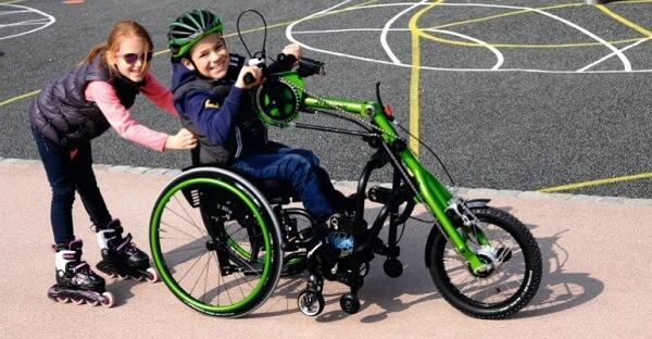 کودک معلول و هم بازی